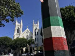 Eglise et drapeau italien à North Beach, San Francisco