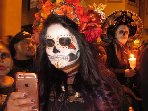 Photo : Jeune fille avec téléphone Apple et maquillage de Noche de los Muertos