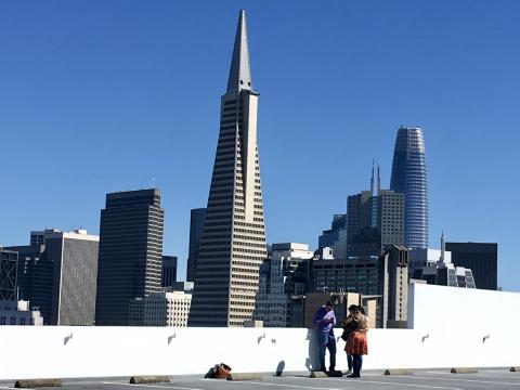 Photo : famille sur un toit avec vue sur le Downtown San Francisco, visite en petit groupe et en français