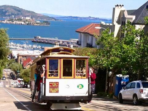 Cable Car en haut de Lombard Street San Francisco