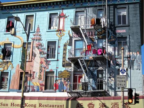 Photos : Façade d'un immeuble avec fresque murale et linge qui sèche