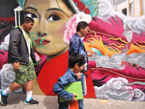 Photo : passant devant une fresque murale à Chinatown San Francisco