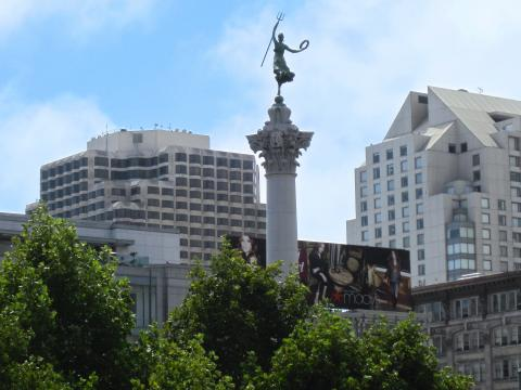 Photo  : Colonne au milieu de Union Square, coeur du Downtown