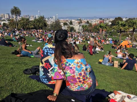 coupe avec t-shirt hippie dans un parc