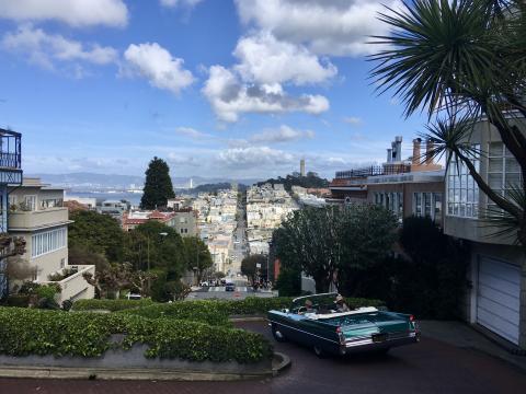 Vue sur San Francisco du haut des collines avec voiture vintage