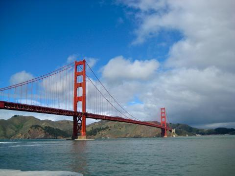 [Photo : Golden Gate Bridge et ciel bleu]