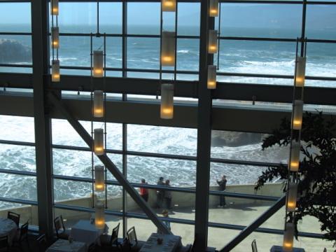 [Photo : Océan Pacifique vu au travers de la baie vitrée de Cliff House]