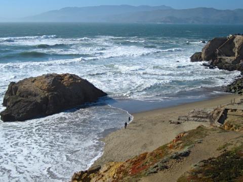 [Photo : Vagues sur la plage d'Ocean Beach]