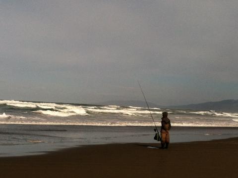 [Photo : promeneur sur Ocean Beach, la plage de San Francisco]