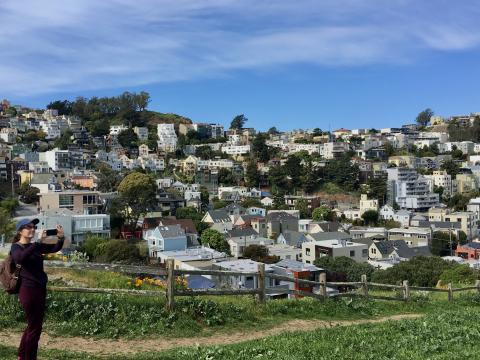 [Photo : Maisons accrochées sur les collines de San Francisco]