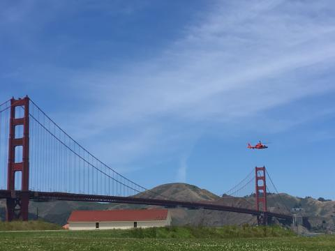 [Photo : Golden Gate Bridge avec hélicoptère]
