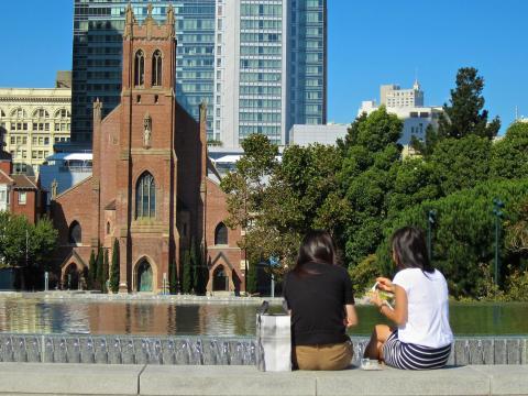 [Photo : déjeuner au soleil sur une place de San Francisco]