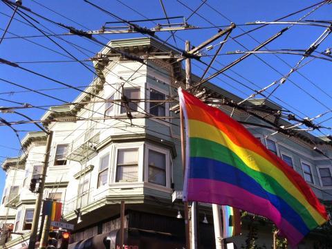 Grand drapeau arc en ciel du quartier gay de San Francisco