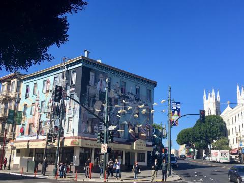 [Photo : Carrefour entre Chinatown et North Beach le quartier Italien à San Francisco]