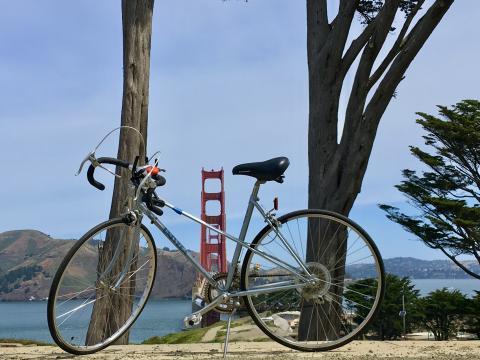 vélo avec vue sur le pont du Golden Gate