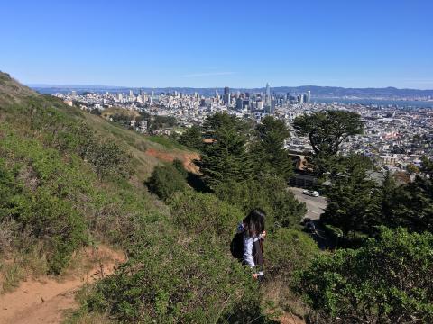 [Photo : randonneur dans les collines de San Francisco]
