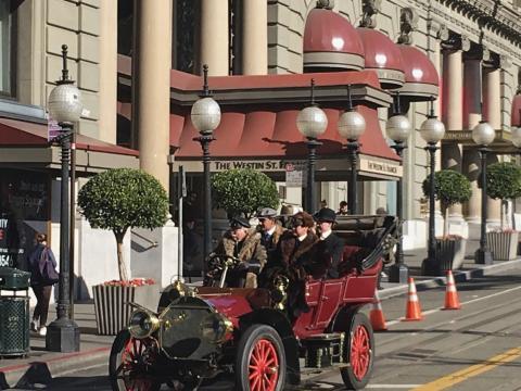 voiture vintage devant San Francis Hotel, San Francisco