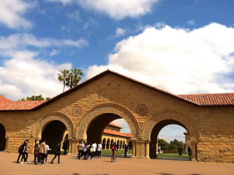 [Photo : Entrée principale du campus de Stanford]