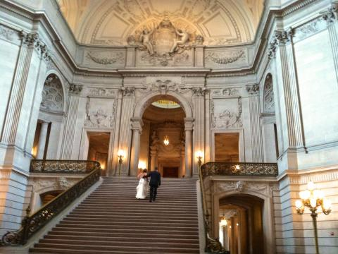 Photo : Grand escalier sous la rotonde de la mairie ou City Hall