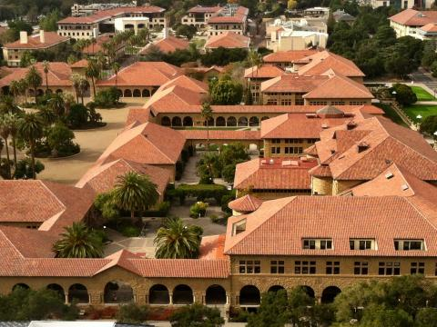 [Photo : les toits du campus de Stanford]