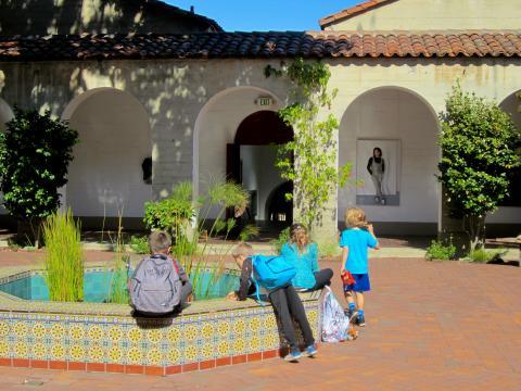 [Photo : enfants s'amusant autour d'une fontaine dans un patio San Francisco]