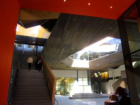 Photo : Building aux formes contemporaines à Stanford