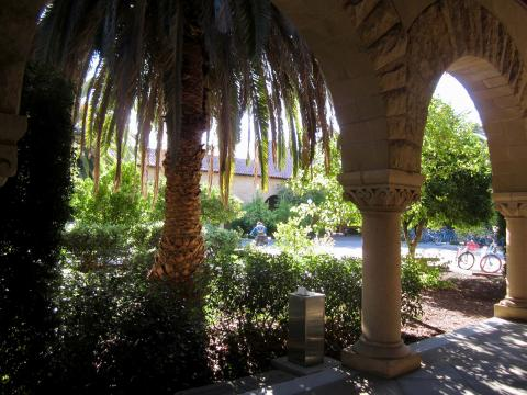 [Photo : jardin sur le campus de Stanford]