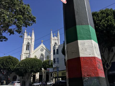 Eglise et drapeau italien à North Beach, San Francisco