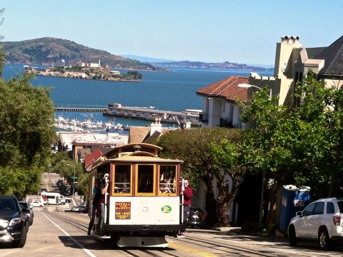 [Photo : Cable Car avec vue sur la Baie de San Francisco]