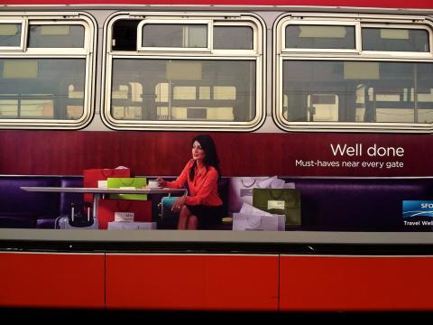 Photo : Publicité sur un bus pour promouvoir le shopping à San Francisco