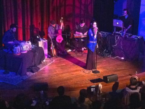 Photo : Concert d'un chanteuse dans un cabaret jazz