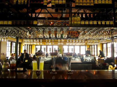 Bar design avec baies vitrées