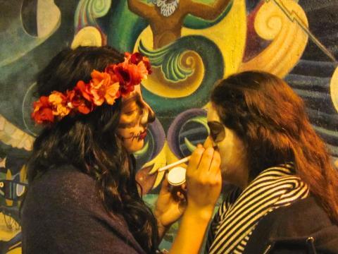 Photo : Préparation des maquillages Noche De Los Muertos San Francisco