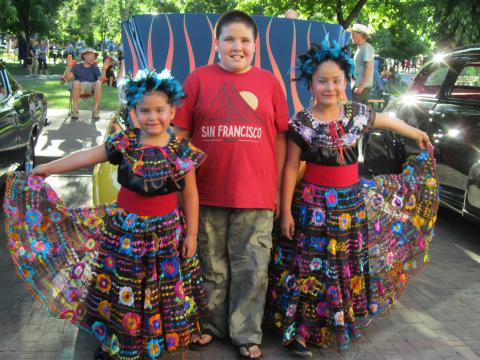 "Photo : 3 enfants en costume traditionnel mexicain et T-shirt ""San Francisco"""