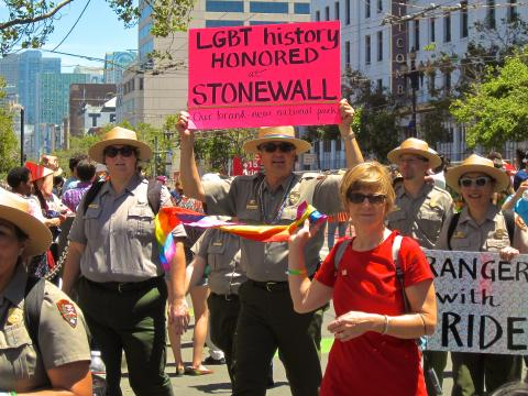 Photo : Park Rangers participants à la parade de la Gay Pride