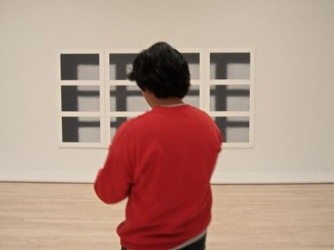 Photo : Homme regardant un oeuvre contemporaine