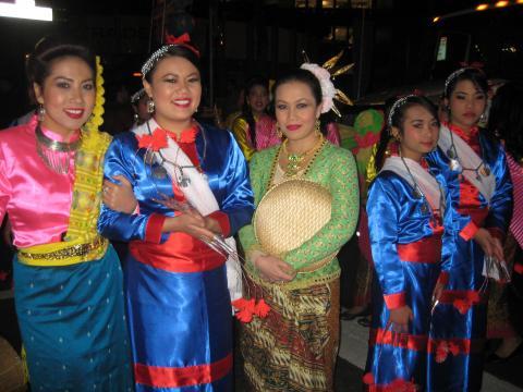 jeunes femmes en costume traditionnel philippin
