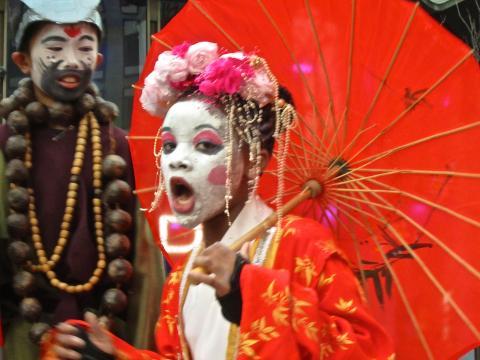 Photo : Jeune fille avec maquillage chinois et ombrelle rouge