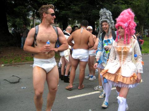 Photo : rencontre de 2 costumes l'un très habillé l'autre pas durant Bay to Breakers